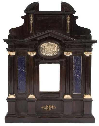 Cadre architecturé formant reliquaire, sur âme de bois résineux, plaquage d'ébène,...