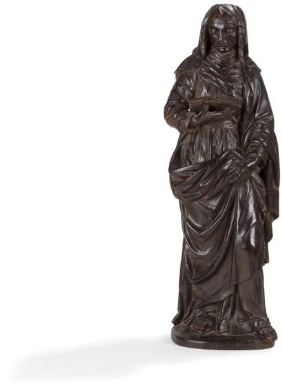 Sainte Anne en bois sculpté et patiné, dos creusé. Debout, la sainte tient un livre...