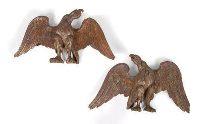 Paire d'aigles en bois argenté, têtes tournées...