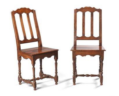 Paire de chaises en chêne, piètement entièrement...