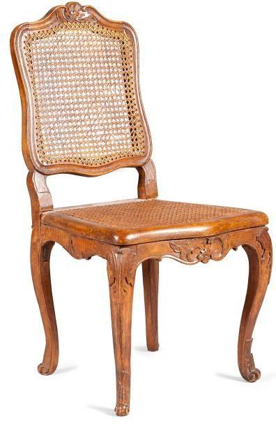 Chaise cannée en hêtre teinté et sculpté...