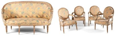Quatre fauteuils et un canapé en bois repeint...