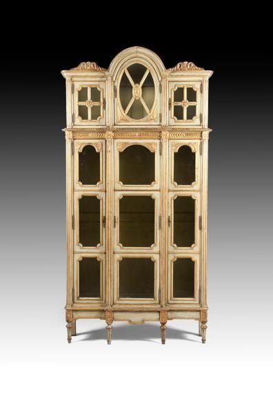Bibliothèque en bois peint et doré, la façade...