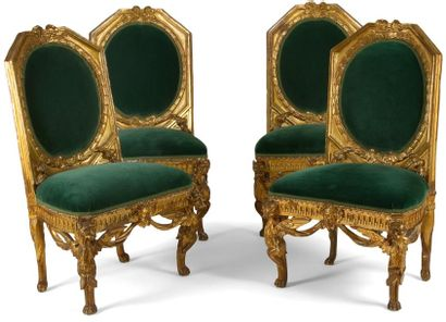 Suite de quatre chaises en bois doré à dossier...