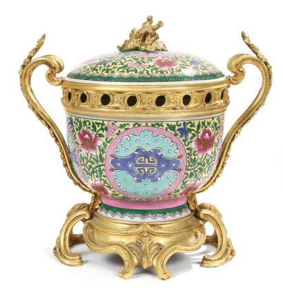 Vase pot-pourri en porcelaine imitant la...