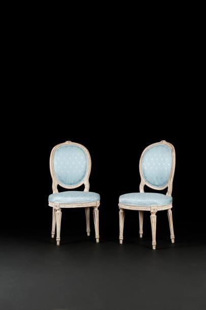 Paire de chaises en bois repeint, à assise...