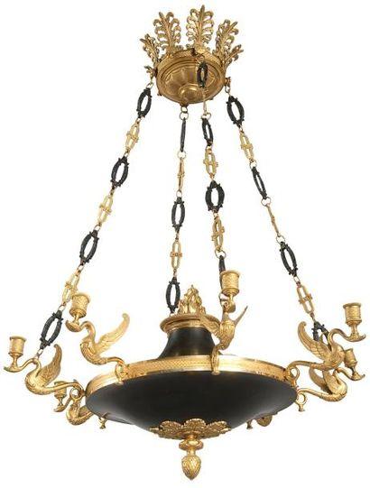Lustre en bronze patiné et doré à huit lumières...