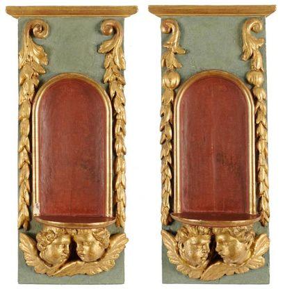 Paire de présentoirs en bois peint et doré...
