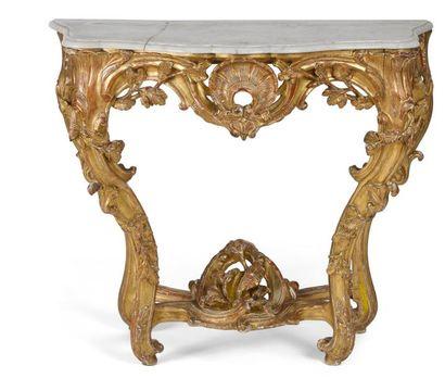 Table-console en bois doré à décor ajouré...