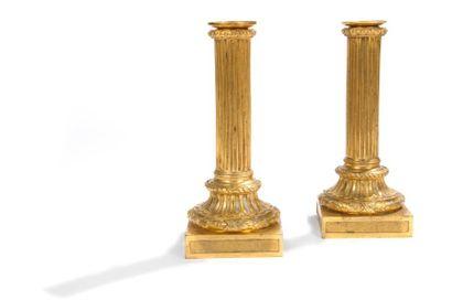 Paire de flambeaux en bronze doré, le fût...
