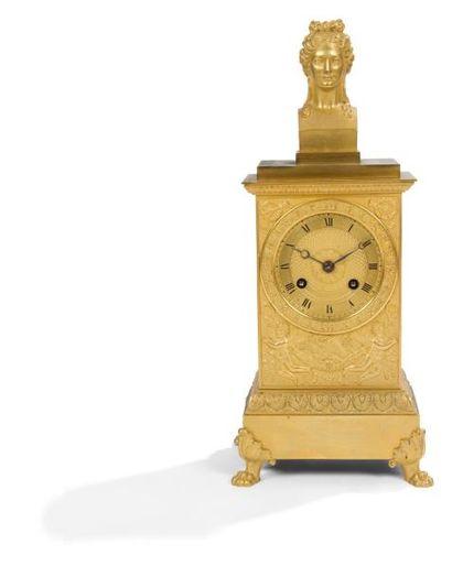 Pendule en bronze doré de forme borne à décor...