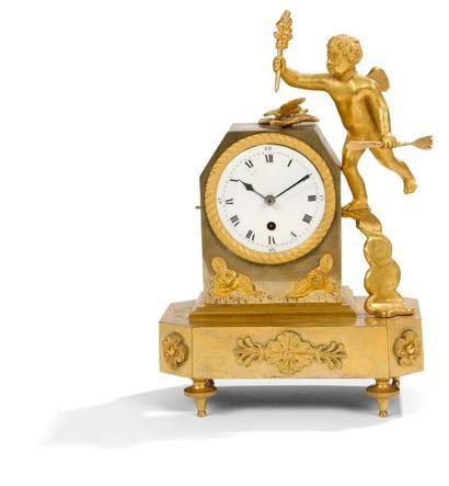 Petite pendule en bronze doré à décor d'un...