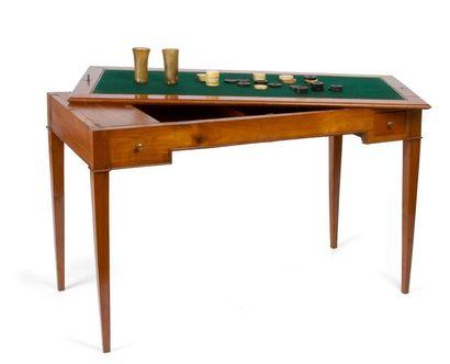 Table à jeux en merisier ouvrant à deux tiroirs,...