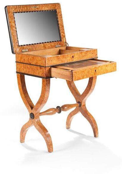 Table à écrire en loupe et bois noirci ouvrant...