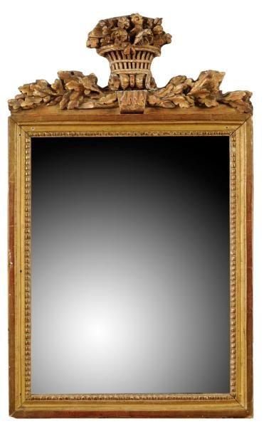 Miroir en bois doré, le fronton à décor d'un...