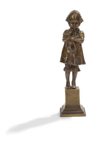 Figure en bronze patiné représentant une...