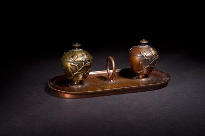 Encrier en bronze à deux godets décorés de...