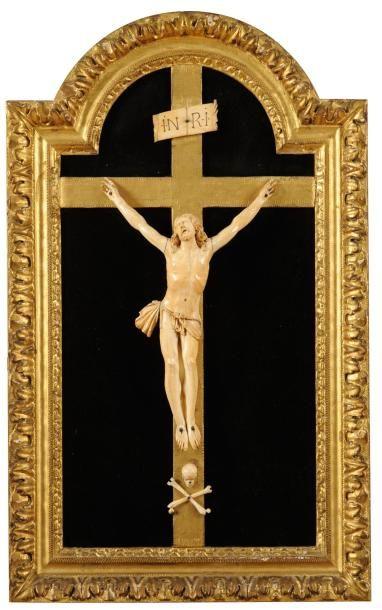 Crucifix en ivoire sculpté dans un cadre...