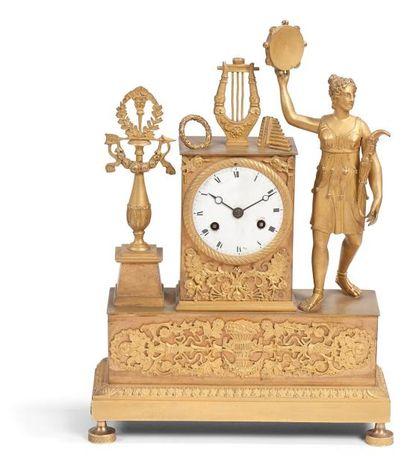 Pendule en bronze doré représentant une chasseresse...