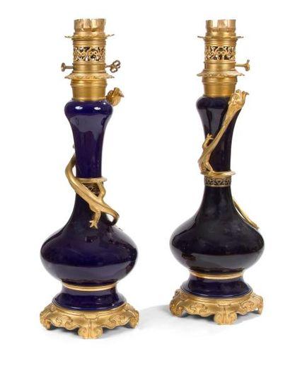 Paire de lampes en porcelaine bleu et bronze...