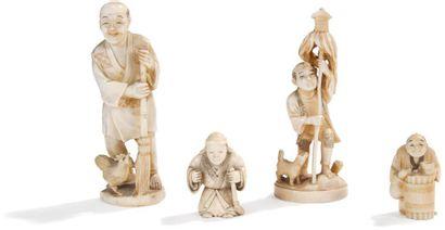 JAPON - Epoque MEIJI (1868 - 1912) Deux okimono en ivoire et deux petits okimono...