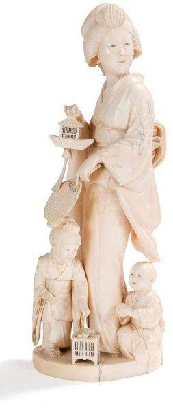 JAPON - Epoque MEIJI (1868 - 1912) Okimono en ivoire, jeune femme debout tenant une...