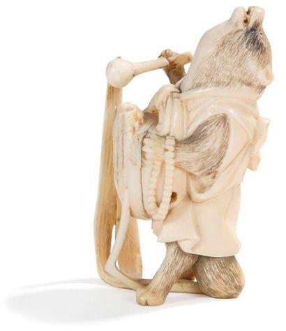 JAPON - Epoque MEIJI (1868 - 1912) Okimono en ivoire, blaireau debout jouant d?une...