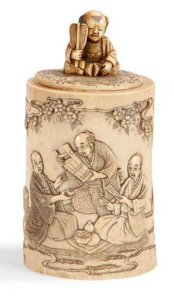 JAPON - Epoque MEIJI (1868 - 1912) Pot couvert en ivoire à décor sculpté de personnages...
