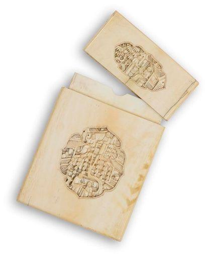CHINE, Canton - Fin XIXe siècle Porte-cartes en ivoire sculpté dans des médaillons...