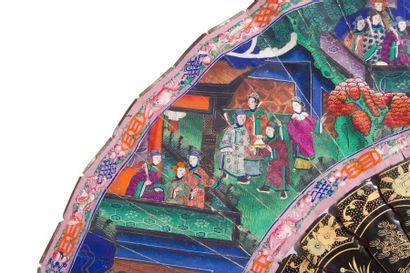 CHINE, Canton - XIXe siècle Éventail en laque noir décoré en laque or de personnages...