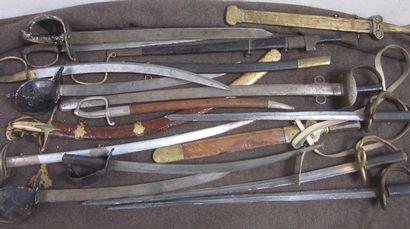 Lot comprenant 5 sabres d'abordage à poignée...