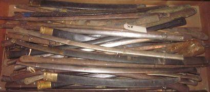 Lot de 55 fourreaux de sabre courbe en métal...