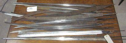 Lot d'environ 24 lames d'épées et forte-épées...
