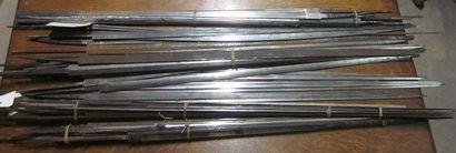 Lot d'environ 50 lames d'épées à dos et triangulaires,...