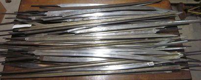 Lot d'environ 50 lames de sabre et d'épée...