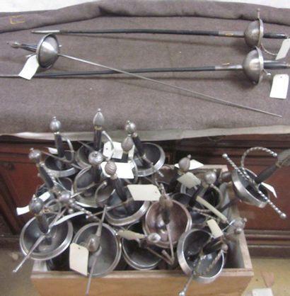 Lot d'environ 30 épées de combat à coquilles...