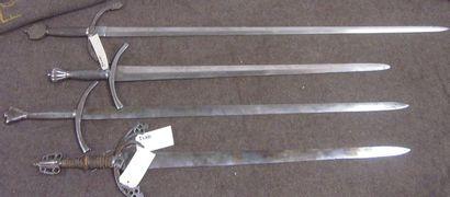 Lot de 4 épées d'arme type Médiéval à longs...