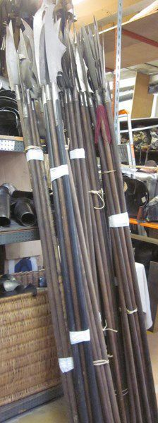Lot d'une soixantaine d'armes d'hast de théâtre:...