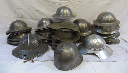 Lot d'environ 35 casques de style médieval...