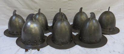 Lot de 8 casques de type cabasset, à cim...