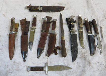 Lot de 12 couteaux ou dagues, manche en corne,...