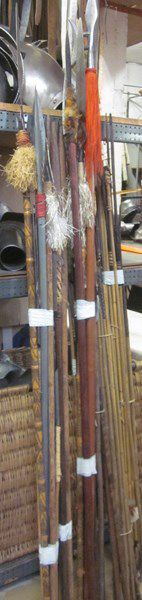 Lot d'une soixantaine d'armes d'hast de théâtre...