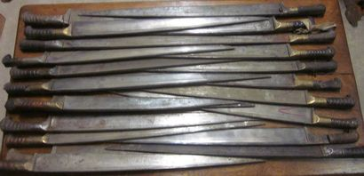 Lot de 22 couteaux kiber à lame à dos, Turquie,...
