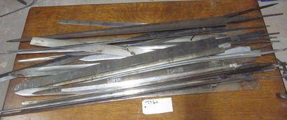 Lot d'environ 24 lames d'épées et forte épées...
