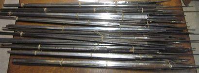 Lot d'environ 55 lames d'épées à dos et triangulaires,...