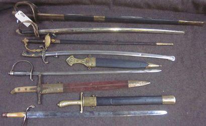 Lot de 6 sabres, 2 dagues, une épée, et un...