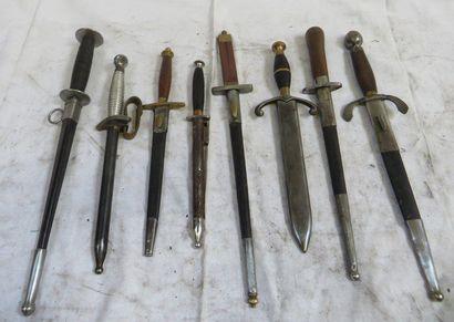 Lot de 8 couteaux et dagues avec fourreau...