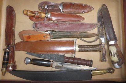 Lot de 12 pièces comprenant divers poignards,...