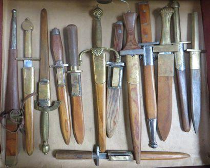 Lot de 13 dagues de style XVIe pour le t...