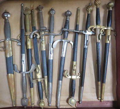 Lot de 11 dagues de style XVIe pour le théâtre...